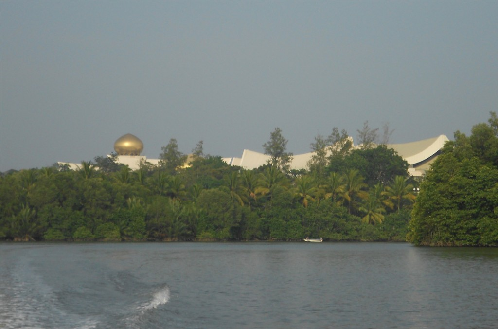 It was still light out so I had a good view of Istana Nurul Iman.