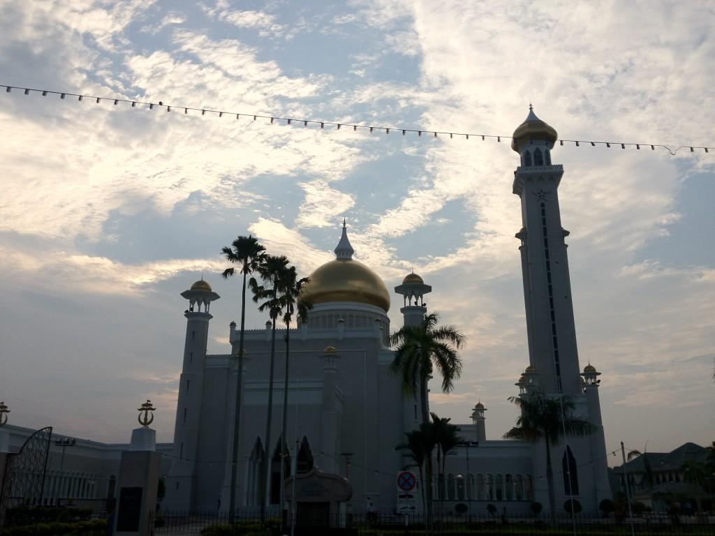Sultan-Omar-Ali-Saifuddin-Mosque-back