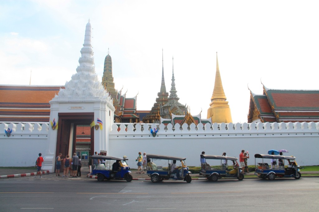 Wat Phra Kaew and tuk tuks on standby.